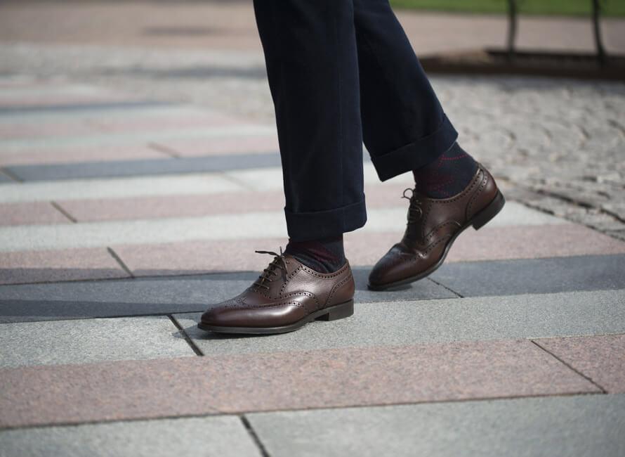 Hvordan matcher man sokker med sko og bukser?