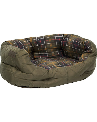 Barbour Heritage Quilted Dog Bed 24' Olive i gruppen Accessoarer / Livsstil / Till hunden hos Care of Carl (12020610)