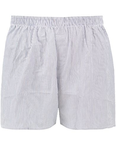 Sunspel Classic Woven Cotton Boxer Shorts White/Light Blue Pinstripe i gruppen Kläder / Underkläder / Kalsonger / Boxershorts hos Care of Carl (13783811r)