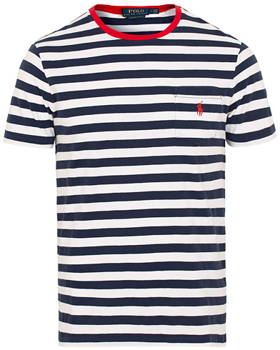 Polo Ralph Lauren Stripe Pocket Crew Neck Tee Newport Navy/White i gruppen Kläder / T-Shirts / Kortärmade t-shirts hos Care of Carl (15600511r)
