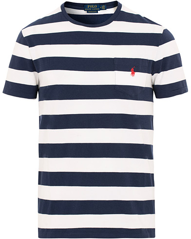 Polo Ralph Lauren Stripe Pocket Crew Neck Tee White/Newport Navy i gruppen Kläder / T-Shirts / Kortärmade t-shirts hos Care of Carl (15600711r)