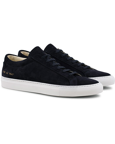 Common Projects Original Achilles Sneaker Navy Suede i gruppen Skor / Sneakers / Låga sneakers hos Care of Carl (15654311r)