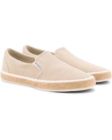 GANT Fresno Perforated Slip On Dry Sand Suede i gruppen Skor / Sneakers / Låga sneakers hos Care of Carl (15739411r)
