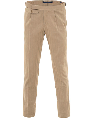 Incotex Solaro High Waist Side Adjuster Pleated Chino Tobacco i gruppen Kläder / Byxor / Chinos hos Care of Carl (15760611r)