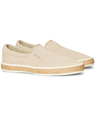 GANT Primelake Perforated Slip On Dry Sand Suede i gruppen Skor / Sneakers hos Care of Carl (16841911r)