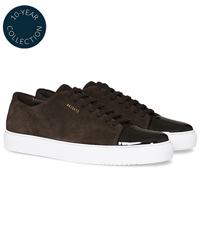 Axel Arigato High Shine Toe Cap Sneaker Brown Suede i gruppen Skor / Sneakers / Låga sneakers hos Care of Carl (19561011r)