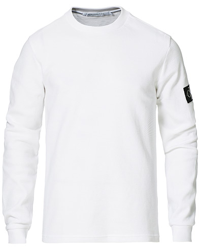 Calvin Klein Jeans Monogram Badge Waffle Long Sleeve Tee Bright White i gruppen Kläder / T-Shirts / Långärmade t-shirts hos Care of Carl (20041711r)