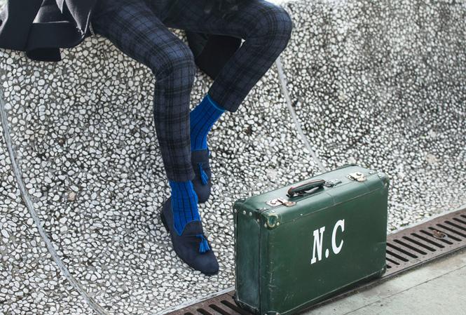 Ett par ben och en koffert