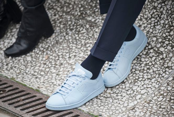 Bild på ljusblåa sneakers från Adidas
