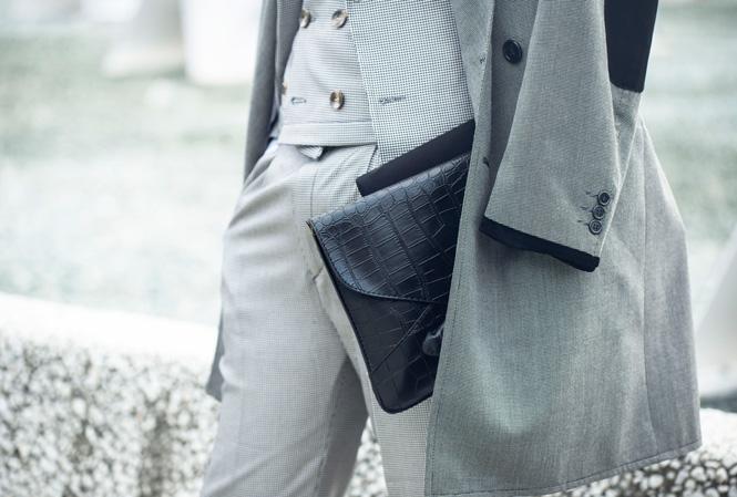 Herre i tredelad grå kostym och grå rock