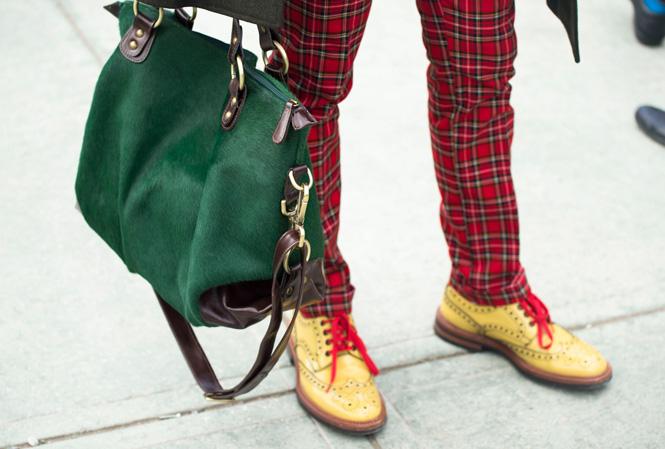 Rutiga byxor och färgglada skor