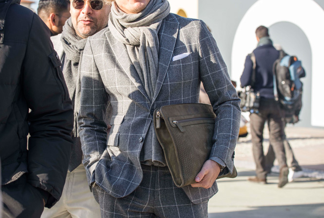 Man i rutig kostym och scarf