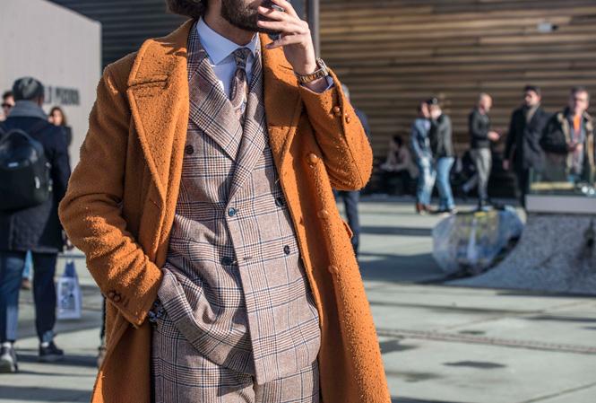 Man orange rock och rutig dubbelknäppt kostym