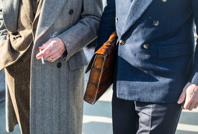 Detaljbild på lyxig brun läderportfölj