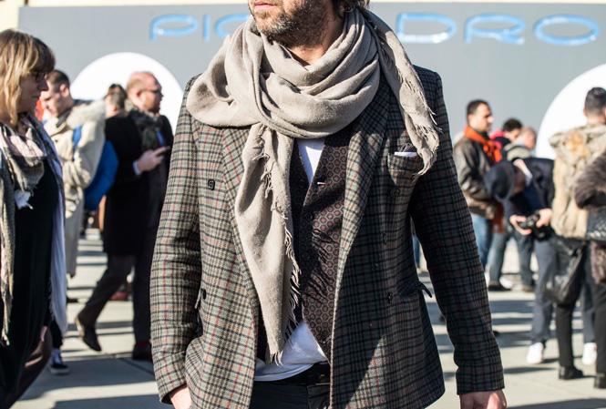 Man med rutig kavaj och scarf