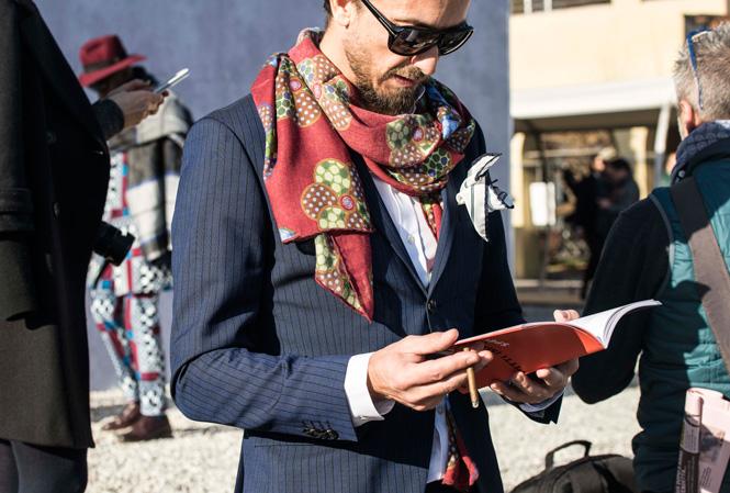 Man som läser i en broschyr