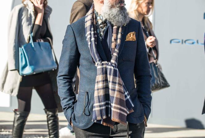 Herre med stor scarf runt halsen