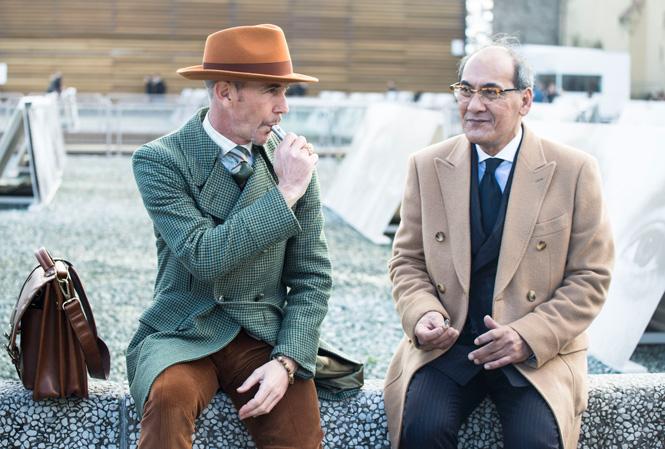 Två herrar sitter och röker