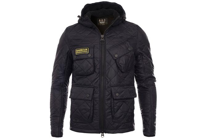 Svart quiltet jakke fra Barbour International i racingmodell