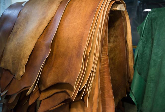 Hög med tanfärgade hudar läder