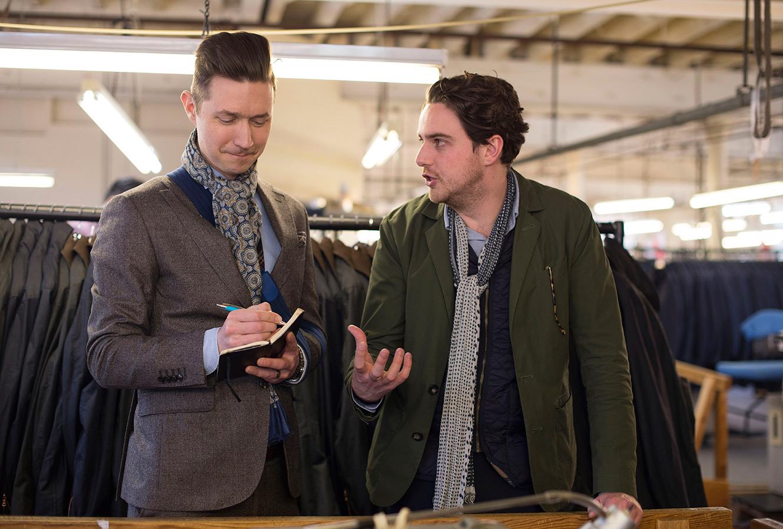 Två män står och pratar