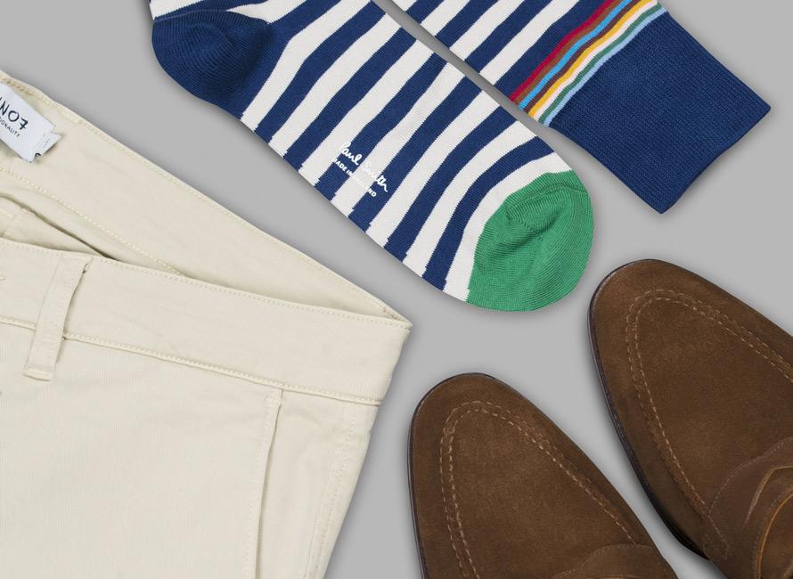 Randiga strumpor kombinerat med ljusa byxor och bruna skor