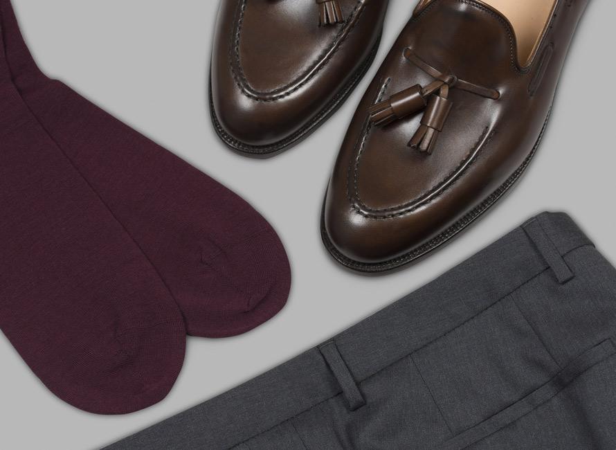 Mörkröda strumpor kombinerat med bruna skor och grå byxor
