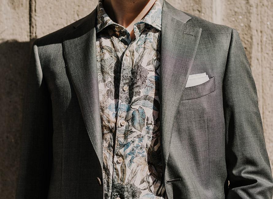 4a33425cb7c3 Stilskolan: Hur du bär blommig skjorta till en dressad stil