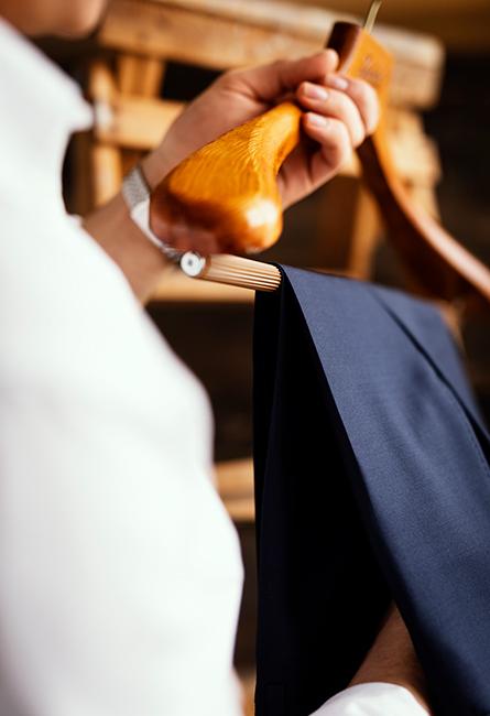 Brun kavaj, slips och näsduk