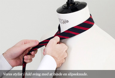 Vores stylist i fuld sving med at binde en slipseknude