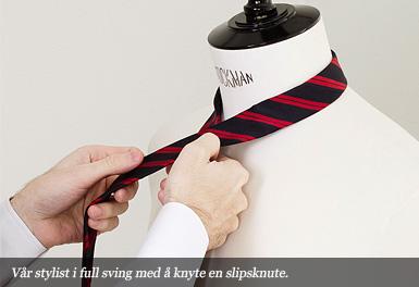 Vår stylist i full färd med att knyta en slipsknut